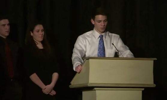 Sale del armario delante de más de 300 compañeros del instituto y recibe una ovación