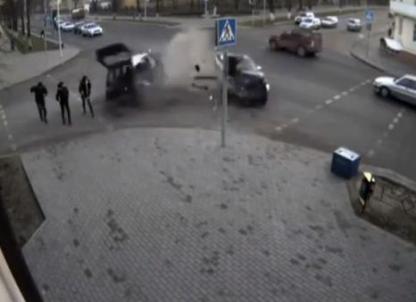 Choque entre un Mazda y un Peugeot casi acaba con la vida de una chica que cruzaba