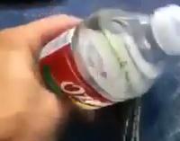 La forma más rápida de beber una botella de agua