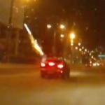 Lanzando fuegos artificiales desde el coche