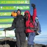 Un hombre ciego sube el monte Kilimanjaro en honor a su perro guía fallecido