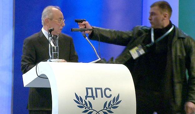 Un hombre dispara en pleno mitin a Ahmed Dogan, líder del partido búlgaro DPS, pero se le encasquilla la pistola