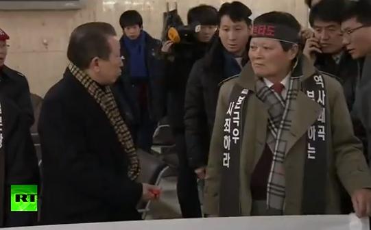 Harakiri: Un hombre se apuñala en señal de protesta en Corea del Sur