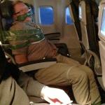 Los pasajeros de un avión atan con cinta adhesiva a un islandés borracho en un vuelo hacia Nueva York