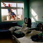 Limpiacristales se disfrazan de superhéroes para sorprender a los niños de un hospital