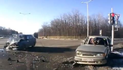 Una mujer sale por el parabrisas en un accidente en una intersección en Rusia