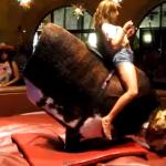 La mujer con más clase encima de un toro mecánico