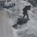 Una masa de nieve acumulada en el tejado cae sobre una chica en Turquía