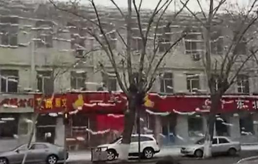 La nieve acumulada en el tejado cae en forma de cascada