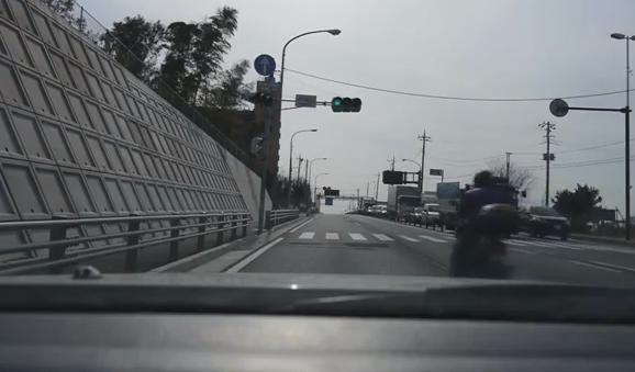 Un niño se cae de la moto en la que iba con su madre