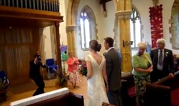 Esto es lo que ocurre cuando contratas a un organista en prácticas para tu boda