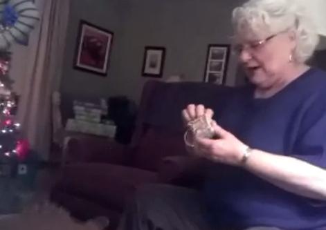 Reacción de una señora al enterarse de que va a ser abuela por primera vez