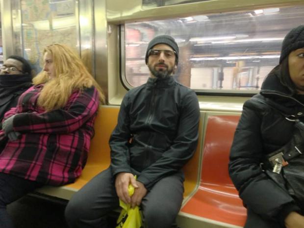 Sergey Brin, cazado en el metro de Nueva York utilizando las Google Glass
