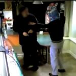 Evita un robo echando aceite hirviendo a los ladrones