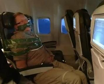 Vídeo del pasajero borracho que ataron con cinta adhesiva al asiento en un vuelo a Nueva York
