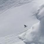 El esquiador Sverre Liliequist hace un arriesgado backflip delante de una avalancha de nieve