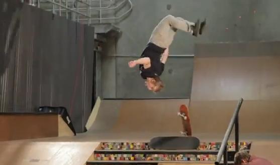 Adam Miller hace un backflip desde un skate y cae sobre otro seis escalones más abajo