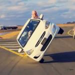 Árabes que conducen con dos ruedas y cambian un neumático al mismo tiempo