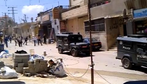 Apedreando a los coches de la policía israelí