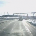 Un día normal en Rusia: Tanque de guerra cruzando la carretera