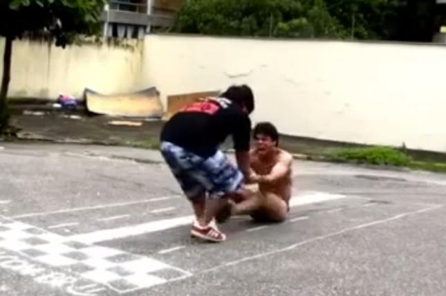 Se arrastran el culo contra el asfalto para ver quien aguanta más