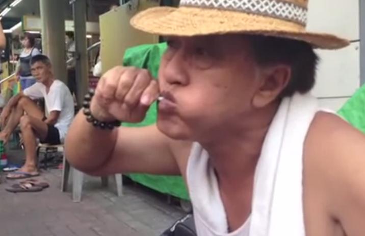 Un artista callejero esculpe tu rostro en un Chupa Chups