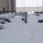 En Kiev juegan a buscar el coche bajo la nieve