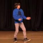 Chaval bailando dubstep delante de todo su colegio