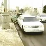 Un coche choca contra la limusina de la pareja y así es como reacciona el novio