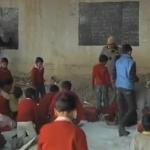 Un hombre da clases a niños pobres en una escuela improvisada debajo de un puente