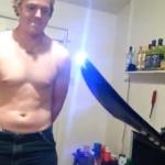 El creador de la espada taser decide probarla sobre su cuerpo