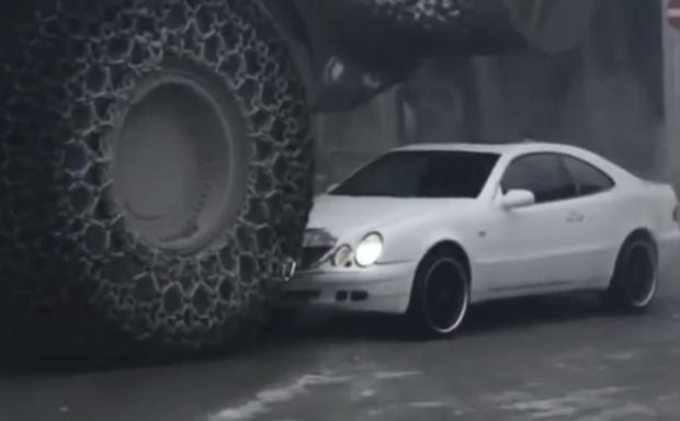 Si tu tienes un Mercedes... yo tengo una super excavadora