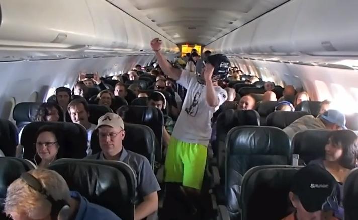 Investigan a una aerolínea por un Harlem Shake en pleno vuelo
