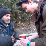 Un joven mago ayuda a un indigente con uno de sus trucos