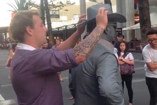 Un hombre recibe un puñetazo de un mimo callejero por imbécil
