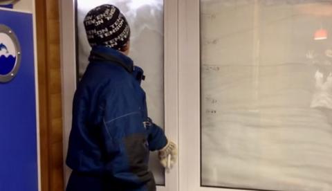 Impresionante la cantidad de nieve acumulada en el balcón de un 7º piso en Ucrania