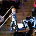 Un niño le roba el protagonismo a los Rascal Flatts en un concierto