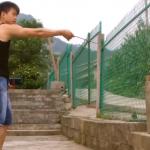 El chino que clava palillos de plástico en un cuenco de acero inoxidable