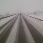 El conductor de un camión pierde y recupera el control en una carretera nevada