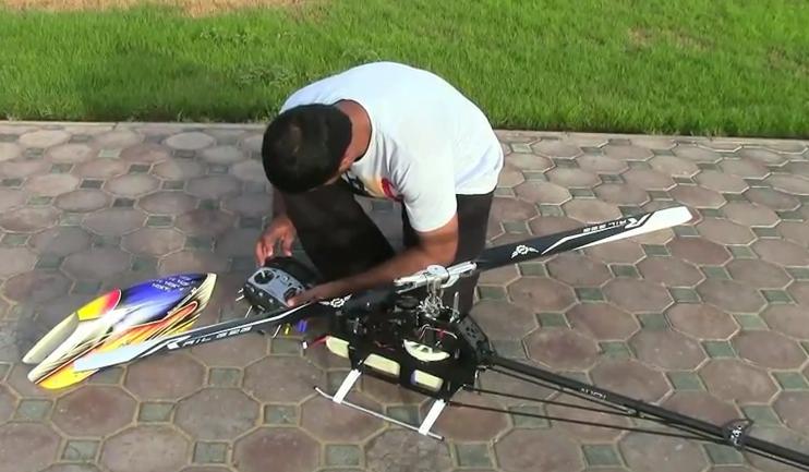 Pilotando un helicóptero radiocontrol de una forma salvaje