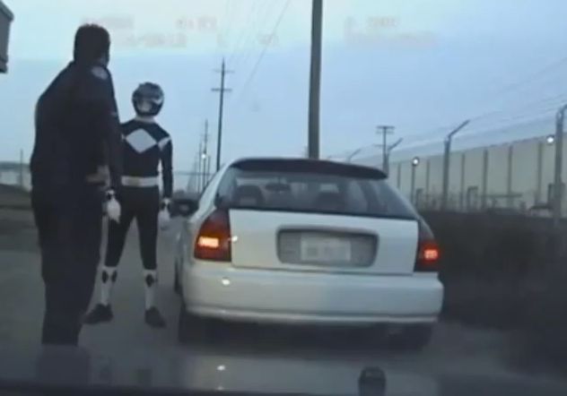 Un policía intenta detener al Power Ranger negro