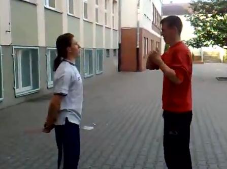 Cómo 'quitarle la coleta' a un amigo de un puñetazo en la cara