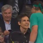 Rafael Nadal ve al actor Ben Stiller entre el público y le invita a jugar con él contra Del Potro