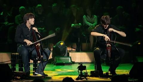 'Welcome To The Jungle' tocada con dos violonchelos
