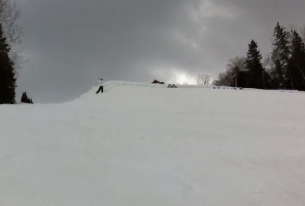 30 personas en esquís hacen un backflip agarradas de la mano