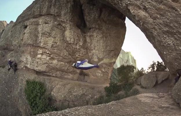 Alexander Polli atraviesa volando la roca Foradada de Montserrat