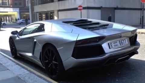 Presumiendo de Lamborghini Aventador por las calles de Londres
