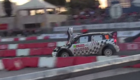 Michal Kosciuszko conduce con el capó abierto durante el Rally de Portugal 2013