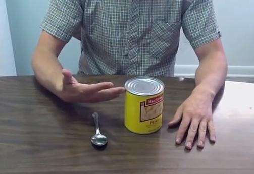Cómo abrir una lata cuando no tienes un abrelatas cerca