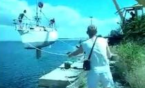 Cómo NO meter un barco en el agua con una grúa